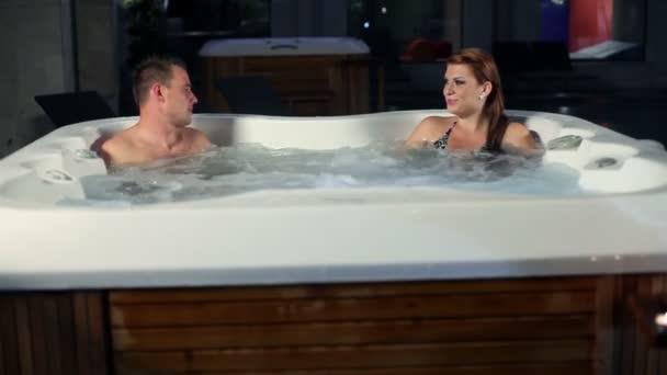 mladý, romantický pár v jacuzzi trávit čas společně