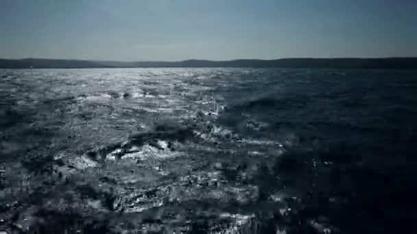 zvlněné moře z plachetnice