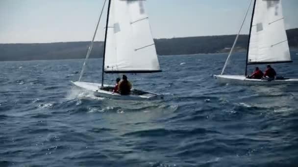 soutěž plachetnic v široké zvlněné moře