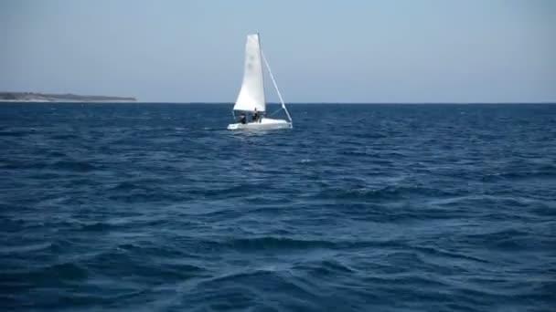 plachetnice v široké prázdné moře