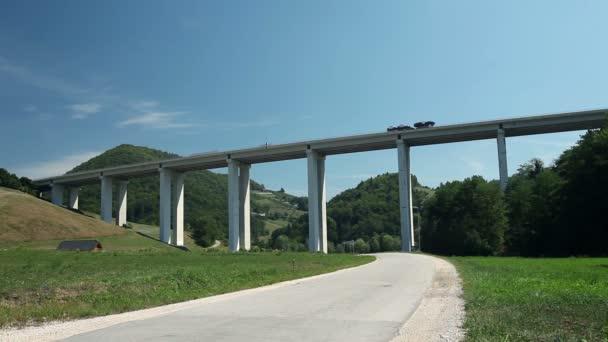Auta, přes obrovské, viadukt
