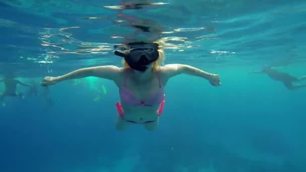 Frau genießt Schwimmen im Meerwasser