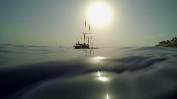 海賊船の水の誰かが離れて行く