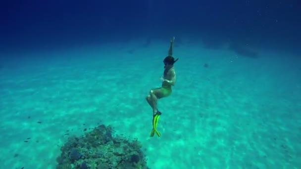 Menschen schwimmen in Gruppen im Meer