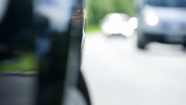vozidla procházející rozbité auto v krajině