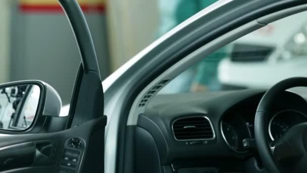 Auto in der Werkstatt mit geöffneten Türen