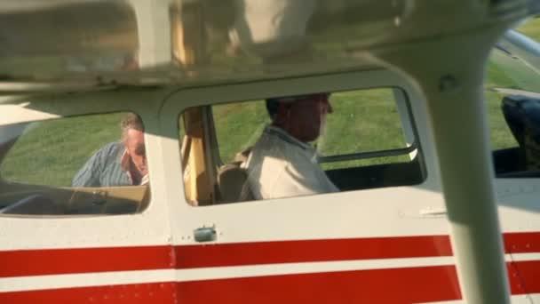 muž bording v k malé letadlo