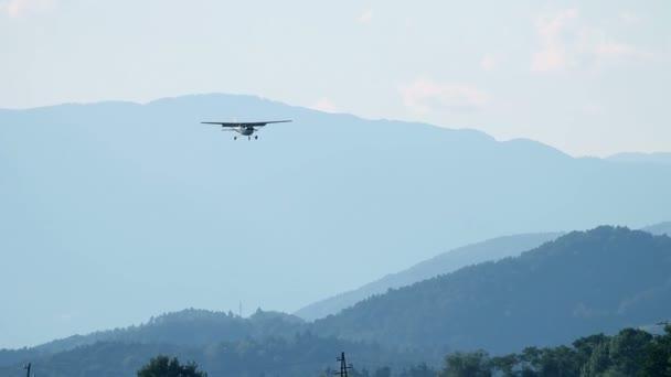 letadlo přistání na letiště a zelený