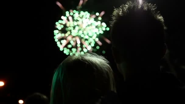 jungen Paares genießen Feuerwerk hautnah