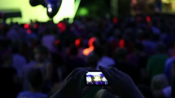 návštěvník dělat fotografie živý orchestr s mobilním telefonem