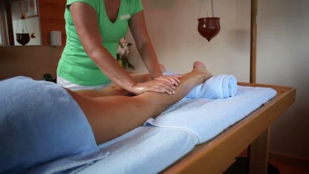 ゆっくりとリラックスしたオイルを適用する女性の体にセラピスト