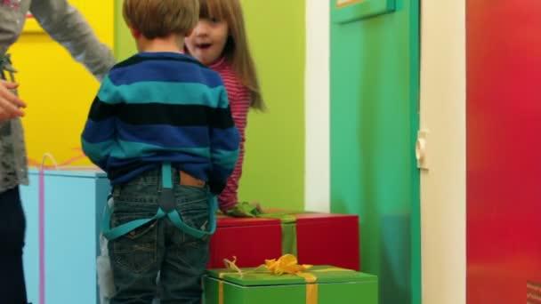 kis gyerekek játszó díszdobozok az óvodában