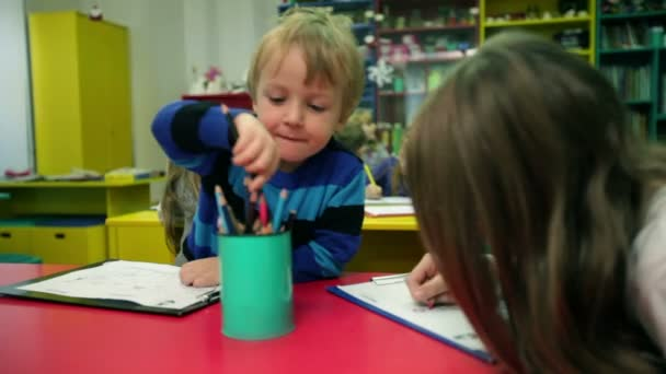 děti ve školce baví kreslení obrázků