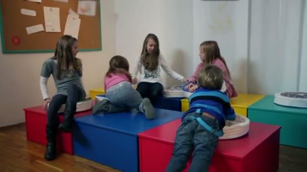 široký záběr mladých chlapců a dívek ve školce