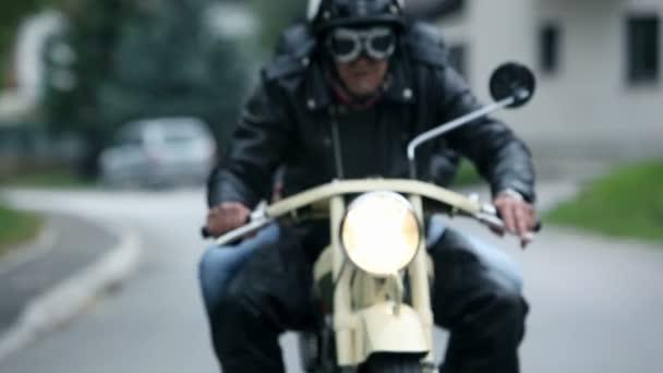 zblízka na starém motocyklu při jízdě a pár těší jízda