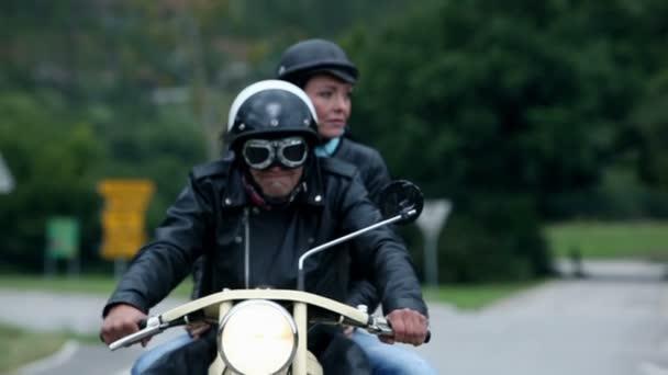 středního věku pár na retro motocyklu