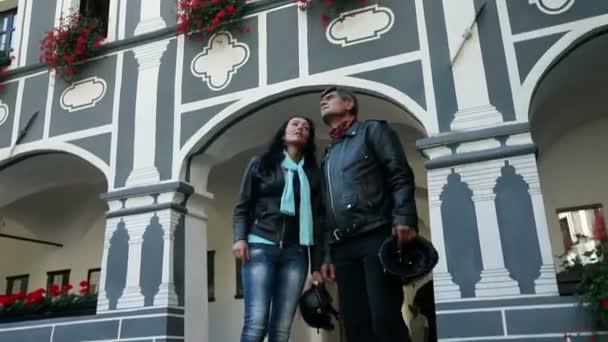 coppia anziani, godendo della vista nel vecchio stile edilizio