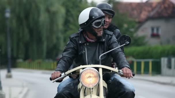 středního věku pár těší jízda na retro motocyklu
