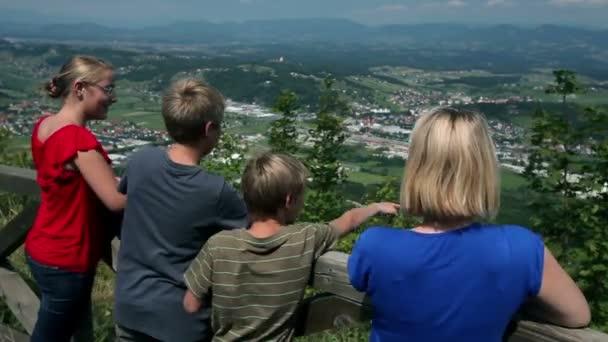 fiatal turista élvezi a kilátás a hegyről