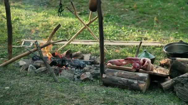 kuřecí a králičí maso připravené na barbecue, pražení v táboře