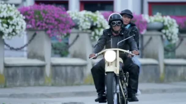 muž a žena, která řídila retro motocykl po městě