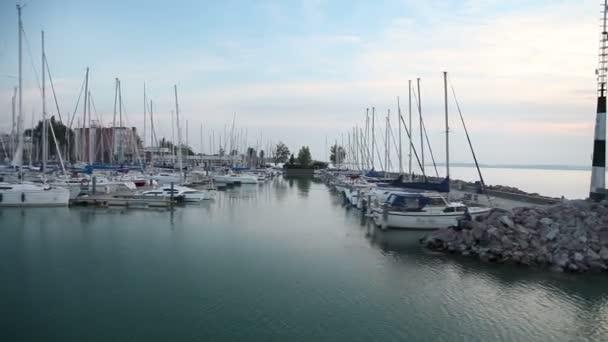 elhaladva a dokk, a hajók a Balatonban