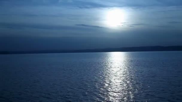 széles shot naplemente a Balatonon Magyarországon kék szűrővel