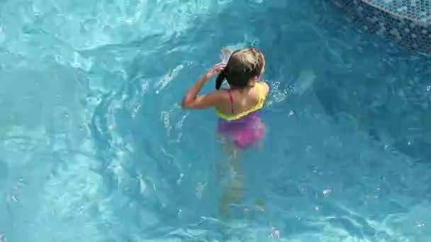 mladá dívka v růžových plavek, potápění v bazénu