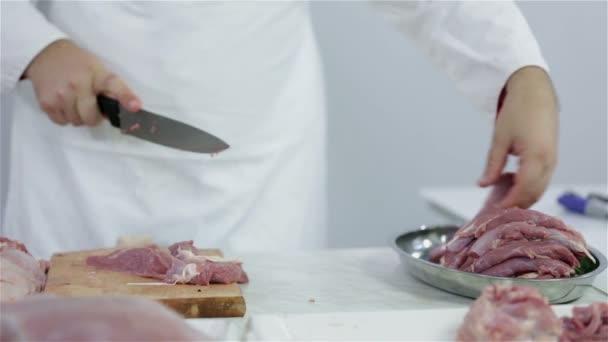řezník připravují steaky velkou večeři