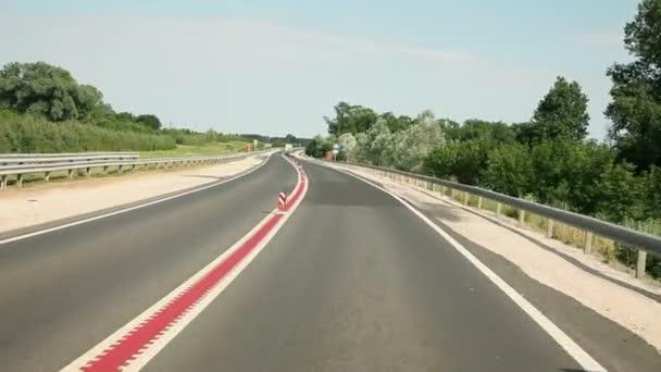 řídit auto na nové silnici s červenou čáru