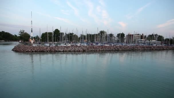 széles shot dokk, a hajók a Balatonon