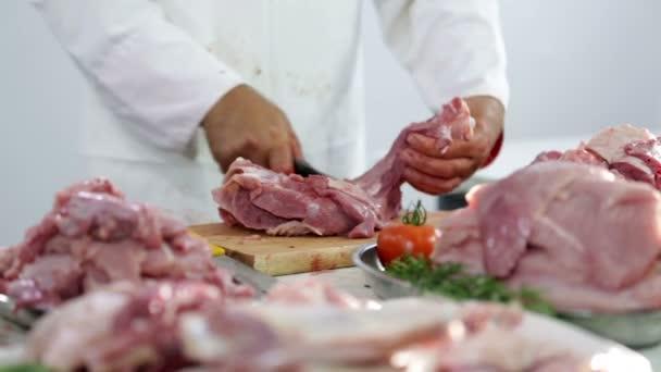 Haufen Putenfleisch bei der Fleischerarbeit