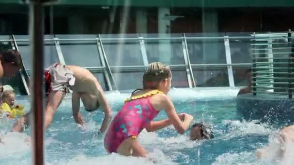 za sklo zastřelil děti skokem do bazénu