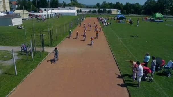 Sky záběr v cyklistický závod dětí