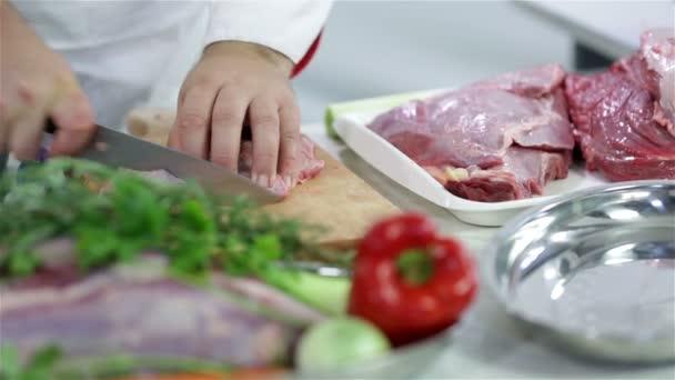 zblízka na řezání červeného masa kůži a tuk