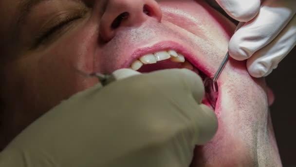 zubaře dělat trhavé pohyby při zašívání spodní zuby pacienta