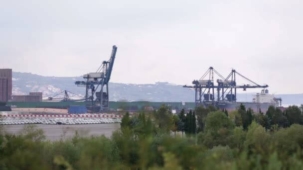záběr ukotvený nákladní loď s načítání jeřáby