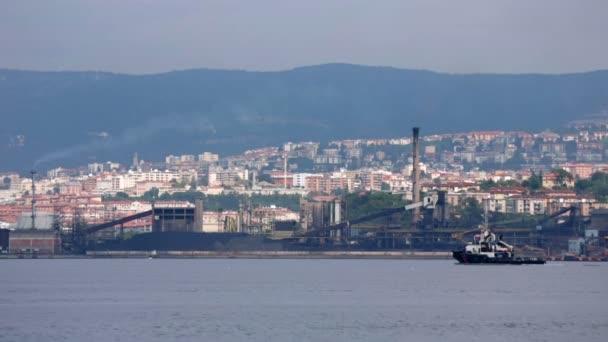nákladní loď od přístavu
