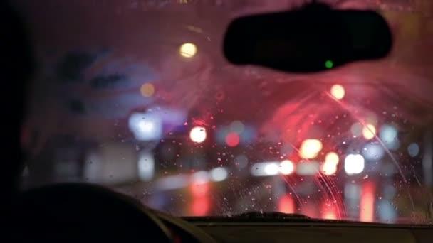 stěrače jsou odstranění déšť z čelního skla při zastavení na červené světlo