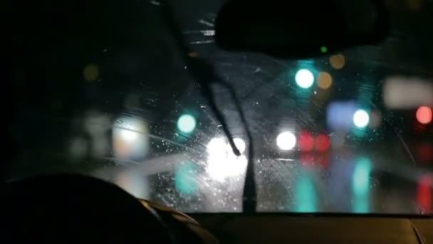 stěrače jsou pomalu odstranění deštivé vodu z čelního skla