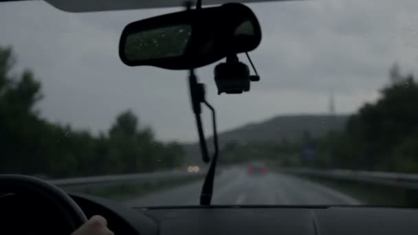 stěrače jsou odstranění déšť při jízdě na dálnici na večer