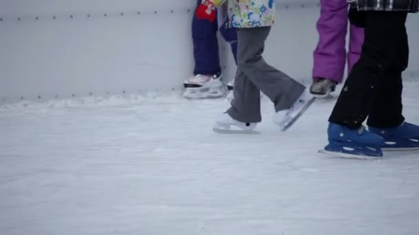 dítě chodit na bruslích, oblečené v barevných zimní bunda