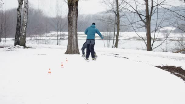 zwei Jungen stehen in großen Skiern zum Gruppenskifahren