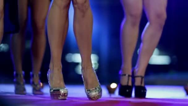 a nők hosszú lábak és a francia bulldog csodálkozó körül