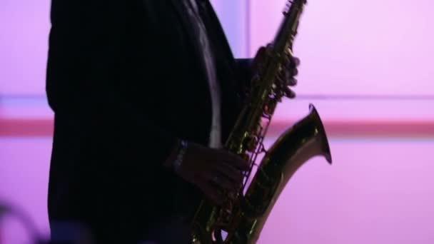 ember ábra játszik szaxofon, éjszaka, lila háttér