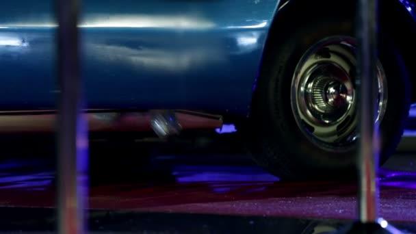 Ženy na vysokých podpatcích kroky z modré auto