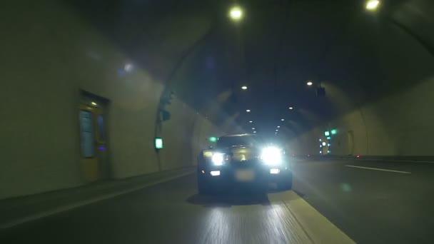 низким углом зрения фронтальной из вождение автомобиля в ночное ...