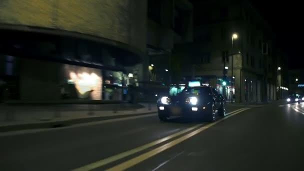 Modré auto předjíždění a jízdy přes staré město