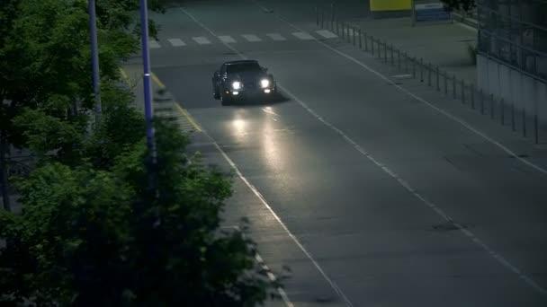 Vysoká diagonální záběr modré auto v noci drive