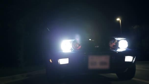jezdit na čelním záběru reflektory aut v noci
